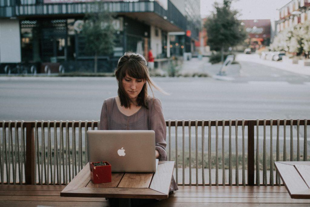 rue ordinateur femme travail café