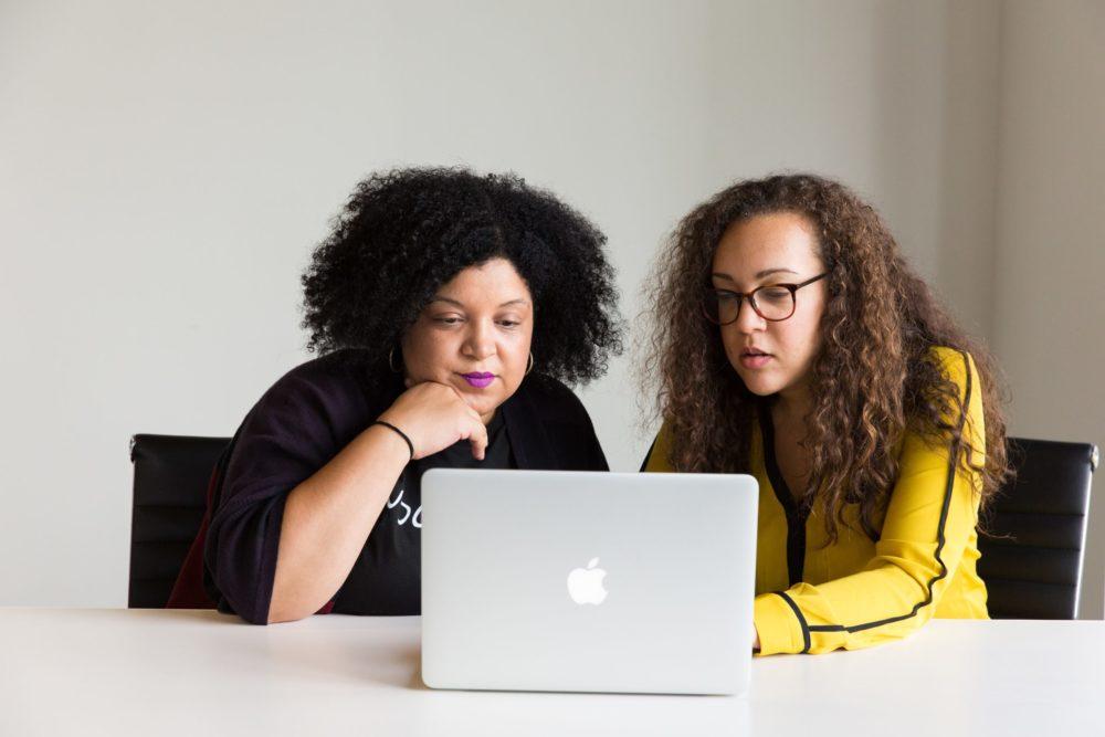 femmes concentrées ordinateur écran