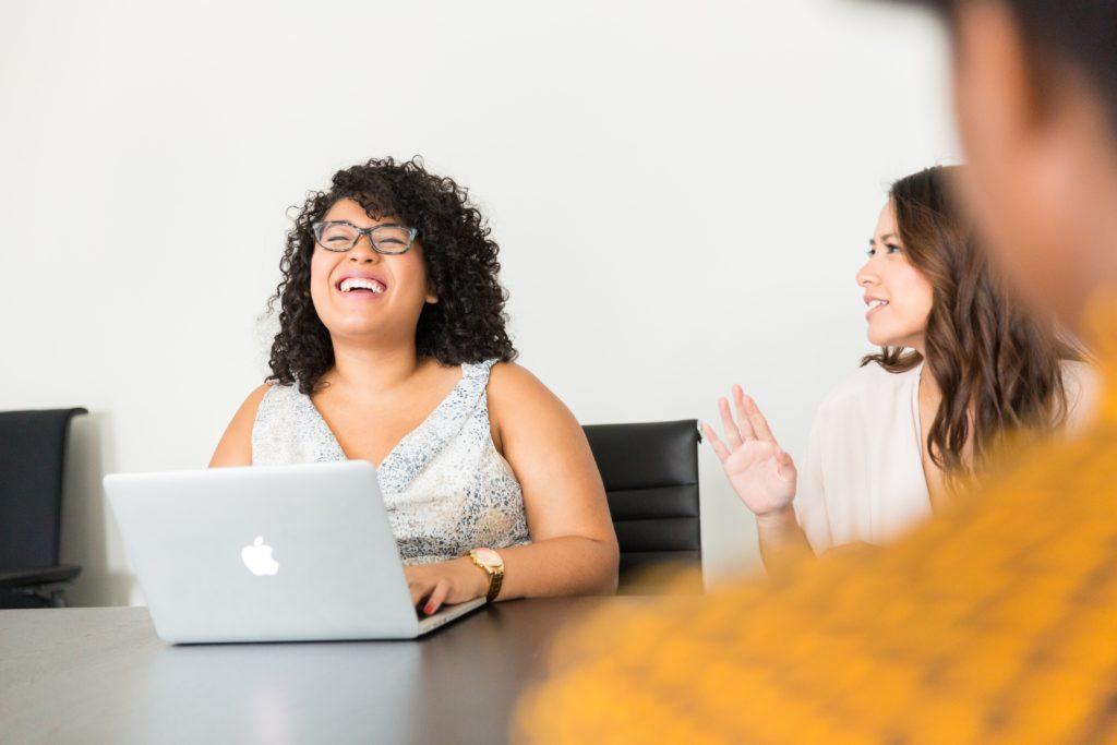 réunion sourire discussion rire femmes