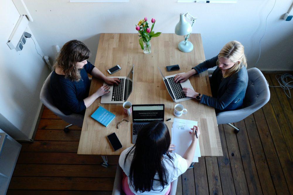 réunion femmes table ordinateur café