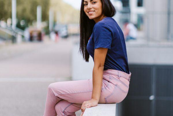femme dehors rose bleu